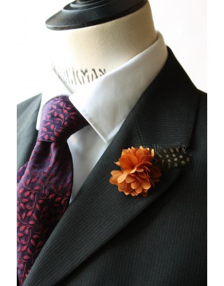 Fleur à la Boutonnière - Dahlia Cognac et plume de Pintade de Numidie Cognac