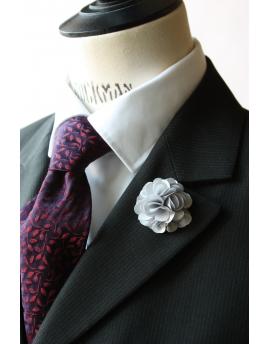 Fleur en satin gris argent - Boutonnière pour homme élégant