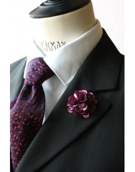 Fleur en satin pourpre - Boutonnière pour homme élégant