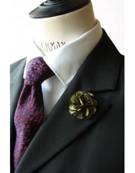 Fleur en satin vert bronze - Boutonnière pour homme élégant