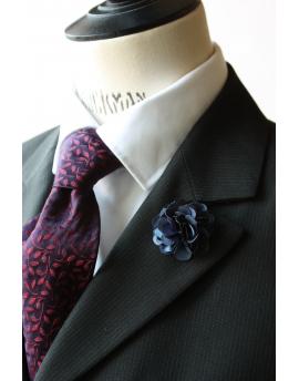 Fleur en satin bleu nuit - Boutonnière pour homme élégant
