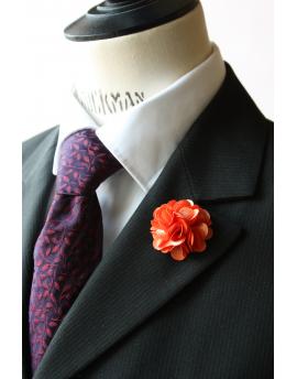 Fleur en satin orange saumon foncé - Boutonnière pour homme élégant