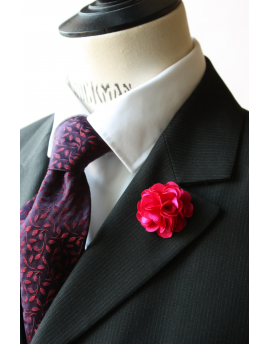 Fleur en satin rose fushia - Boutonnière pour homme élégant