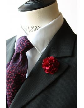 Fleur en satin rouge cramoisi - Boutonnière pour homme élégant